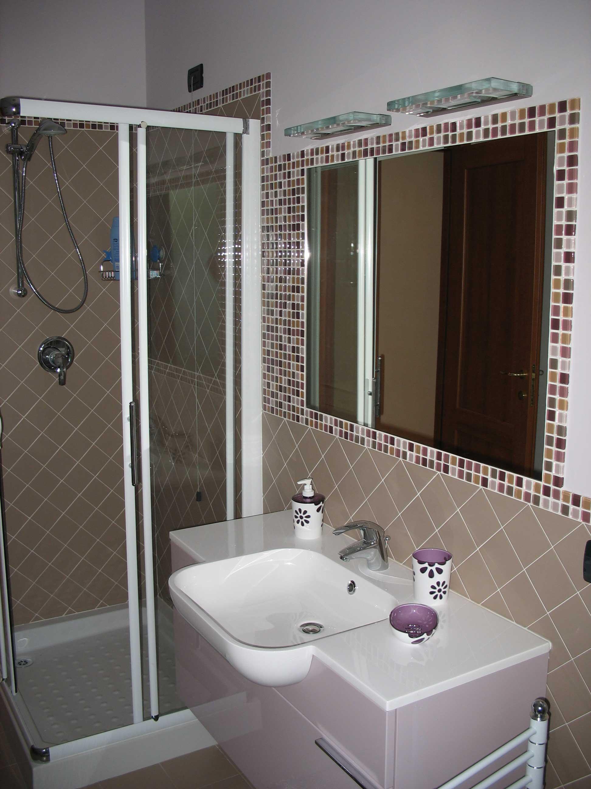 Piastrelle a mosaico per bagno sulle pareti della doccai - Piastrelle finto mosaico bagno ...